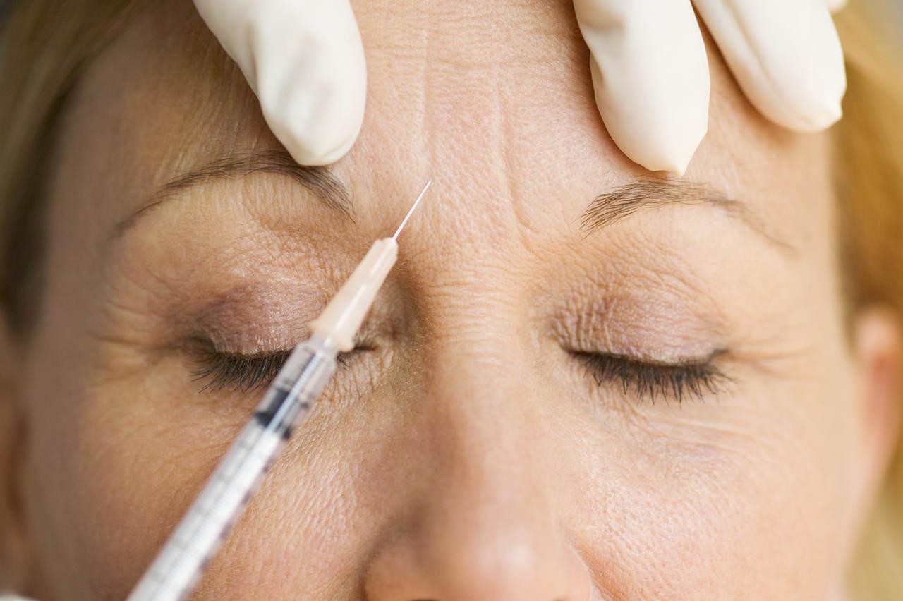 Ambos são realizados por meio de injeção no rosto, mas são procedimentos totalmente diferentes. Veja no artigo as diferenças entre botox e preenchimento facial.